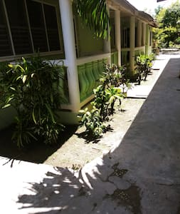 Jalur tanpa tangga menuju pintu masuk tamu
