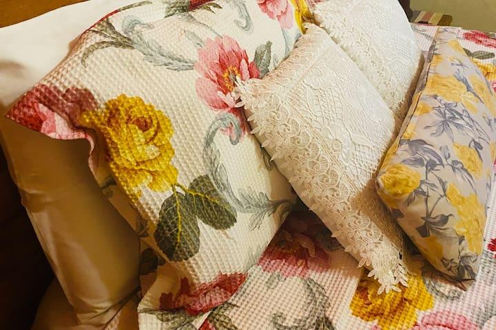 Roupas de cama, travesseiros e almofadas dão ainda mais conforto a nossa cama queen