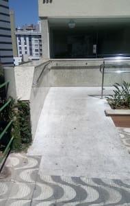 Rampa de acesso ao edifício, largura de 150 cm e pouca inclinação (0,6 cm por metro).