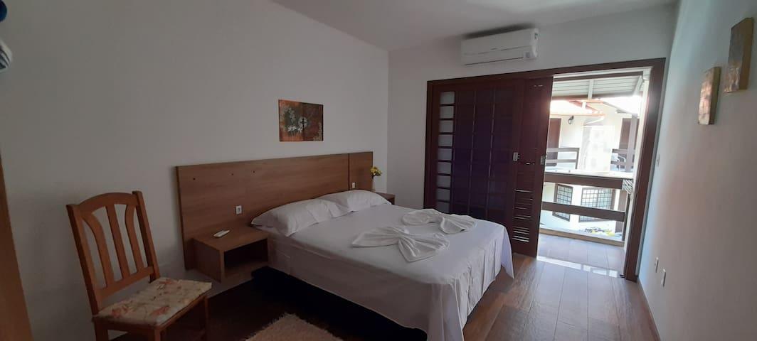 Quarto 2 - cama casal, ar condicionado e sacada