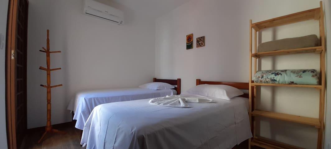 Quarto 3 - camas solteiro, ar condicionado e sacada