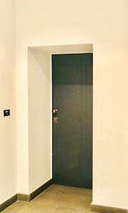 Porta di entrata dell'appartamento. Non ha gradini.
