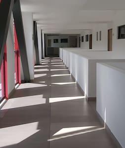 Pasillo al apartamento con excelente iluminacion de dia y de noche.