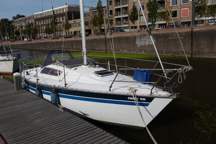 Affordable cityboat Carry On in the heart of Delft