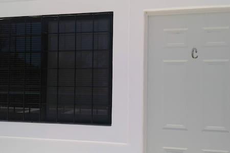 Puerta de acceso a la habitación C con amplitud mayor a 81 centímetros.