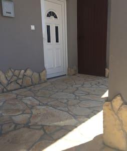 Laluan tanpa anak tangga ke pintu masuk luar