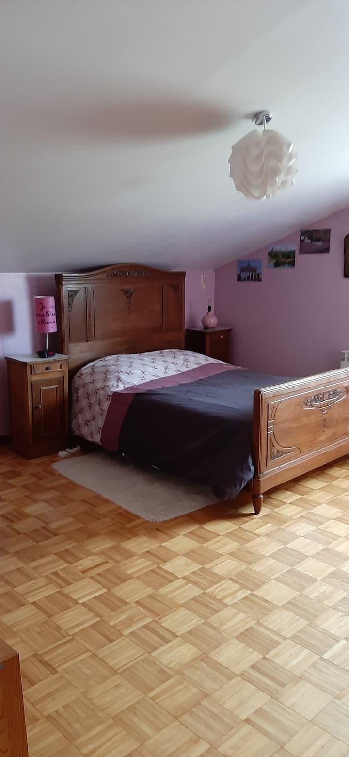 chambre spacieuse dans maison au calme.