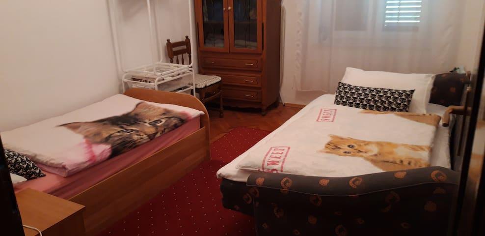 druga soba sa dva odvojena ležaja