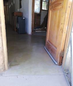 Es una cabaña de un solo piso, teniendo pavimentada la entrada hasta la puerta.