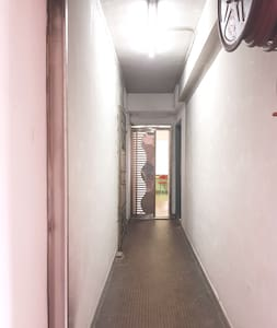 The entrance is well lit 24 hours and the width is more than 32 inches.  門口24小時有充足的光,闊度多於32吋