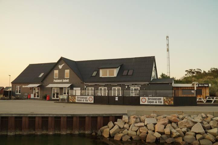 Pakhuset Anholt med unik placering med havudsigt