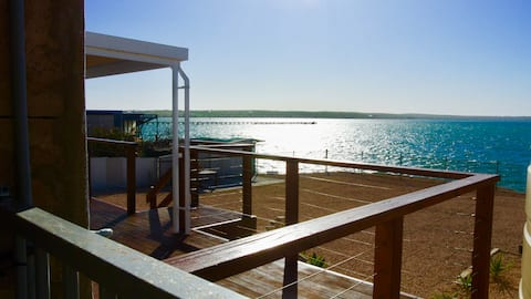 SIX on the Bay.....Waterfront Holiday House