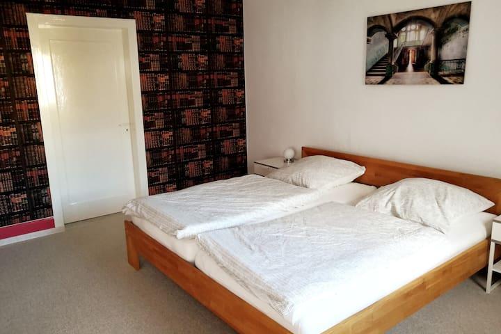 Schlafzimmer 2 Hier ist die Tür zum Schlafzimmer 1 zu sehen