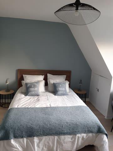 Chambre 3 (étage) : 14m², 1 lit 160