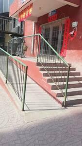 入住时无障碍通道、台阶通道、单元门宽度2.6米。方便出入!