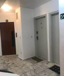 Há elevador para acessar o apartamento. O apartamento fica localizado no 1º andar.