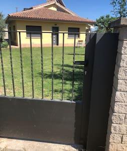 Únicament hi ha un petit graó de l'accés des del carrer al jardí. La porta d'entrada a casa no té cap graó, és a peu pla