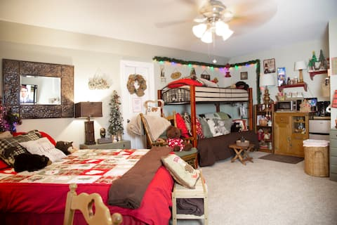 Year-round Christmas! Spacious suite for five.