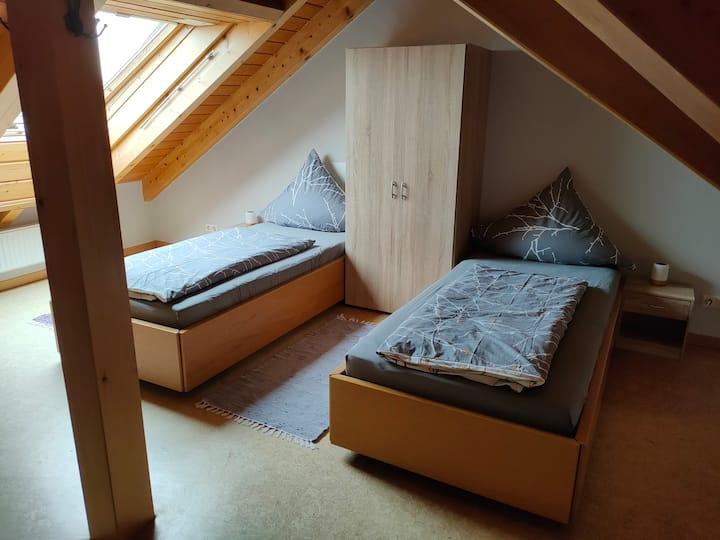 Charmantes Dachgeschosszimmer mit Bad.