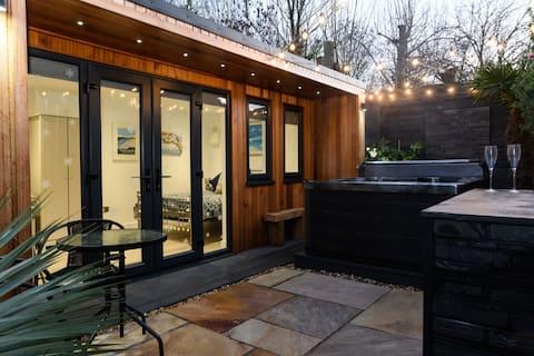 The Garden Hideaway - Hot Tub, Parking & Netflix