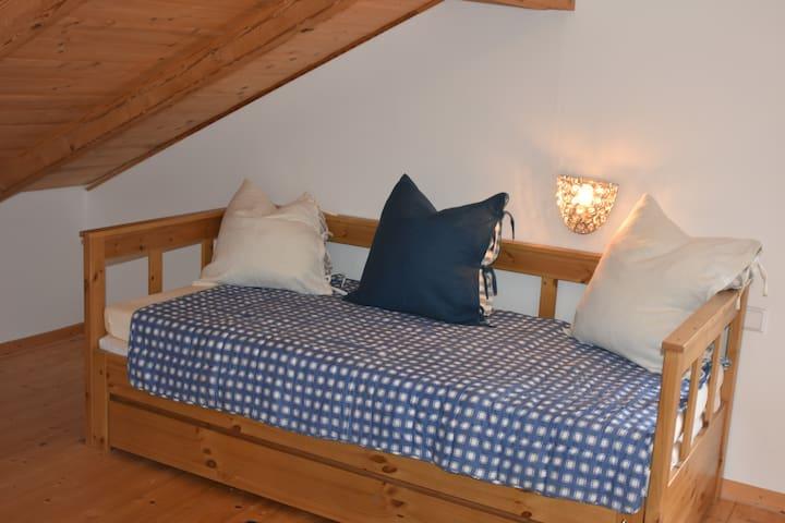 Das kleine Schlafzimmer mit einem ausziehbaren Darbet ...