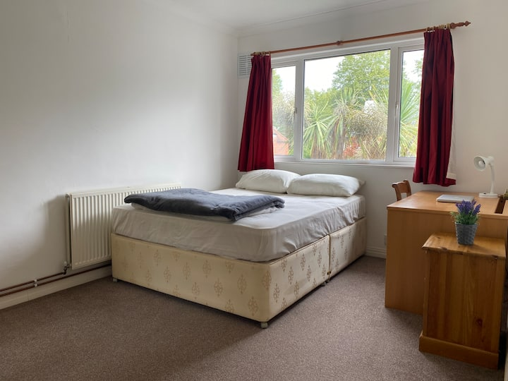 King sized bedroom, 15 mins away from town centre