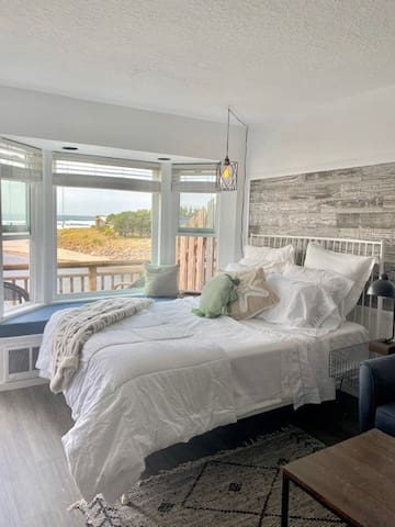 Beautifully remodeled Oceanfront 3rd floor Condo!