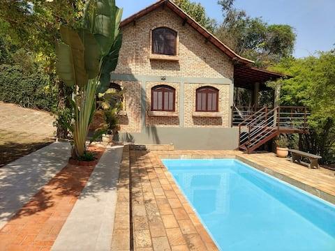 Chalé Aconchego, casa, piscina e churrasqueira.