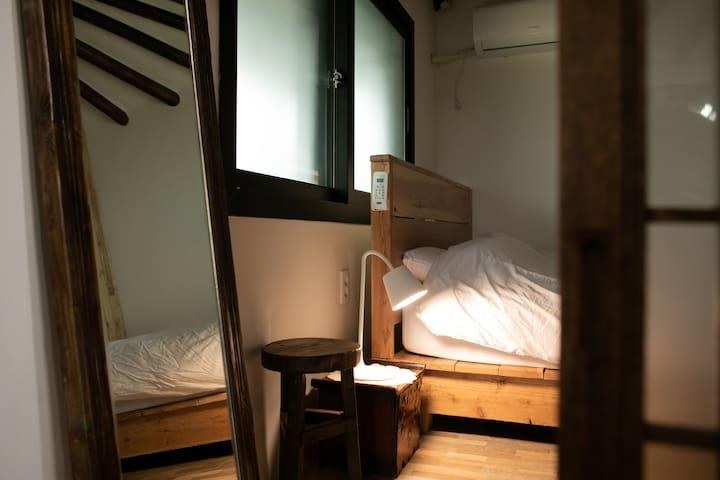 방1 / 하얀침구와 퀸사이즈침대 조명 거울 의자 에어컨