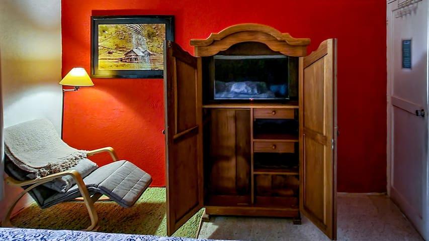 Habitación principal cama King, televisión y sillon de lectura, closet amplio