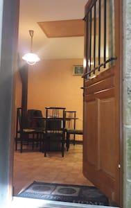 L'entrée est éclairée est couverte. Photos suivront dés que possible.