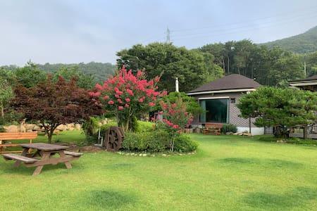 [양평빛들정원] 강이 내려다보이는 넓은 정원의 별채, 반려견도 힐링여행 / 하루 한팀만숙박