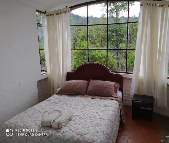 Primer piso, espaciosa habitación con vista a las montañas.