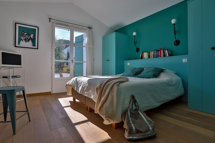 "La chambre double ""verte"" avec sa salle de douche privative - The ""green"" double bedroom with its private shower room"