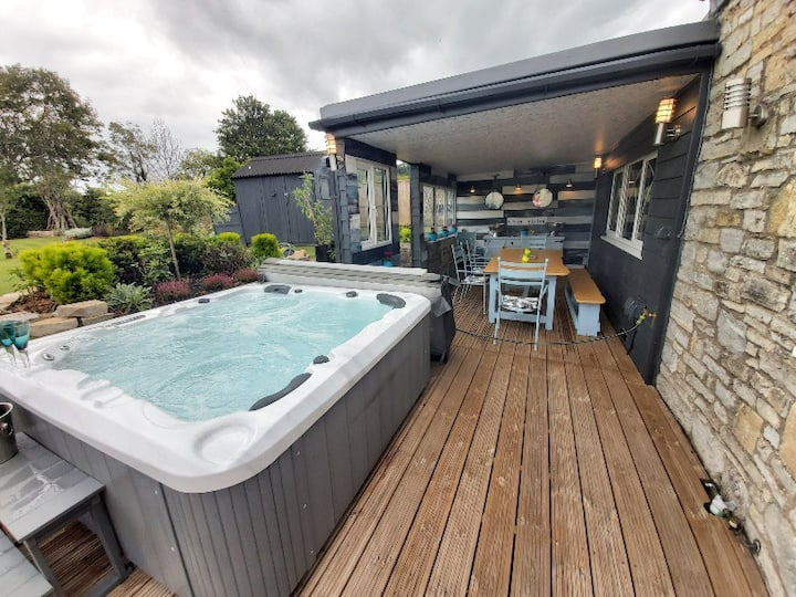 Bluebell House  5* Luxury for 8 with a hot tub.