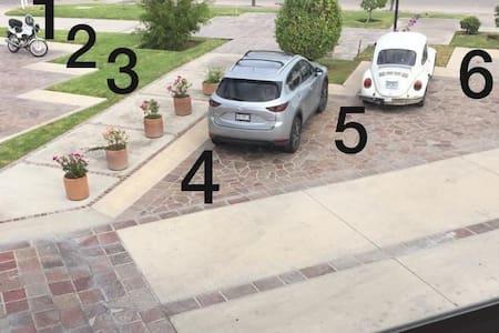 Pueden estacionarse en cualquiera de estos espacios. Son muy amplios y seguro.