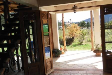 Es la entrada a la casa por la parte de las rampas, donde no hay escalones desde que desciende del vehículo hasta la casa totalmente iluminado por el sol de día y con bombillos en la noche