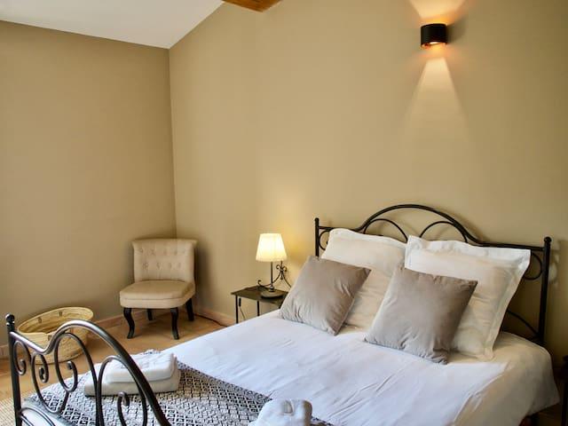 Chambre n°2 avec lit double en 140 cm
