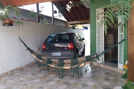 Garagem coberta para dois carros