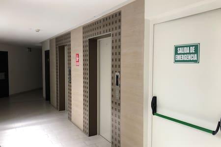 Acceso por ascensor zonas amplias hasta el departamento