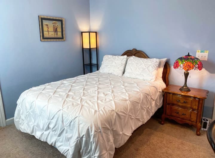 Queen Bed, Gym,Piano,HS WiFi,Ideal for long-term!