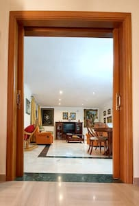The whole ground floor of the house is completely flat, without steps. The entrance door to the living room is 127 cm wide