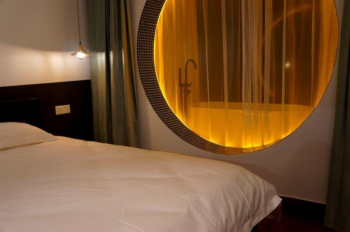 80支精梳棉床品,30公分乳胶床垫,实木家具与香氛,只为提供舒适睡眠。