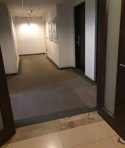 这是进入房间最近的一个楼道口