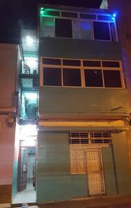entrada del edificio  buena iluminación  y cuenta con cámara  de seguridad  grabando 24 horas