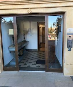 Le bâtiment est conçu aux normes handicapés, entrée de l'immeuble, entrée de l'appartement et portes intérieur au sein du logement