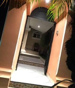 Entrada principal de la casa. Posee buena iluminación