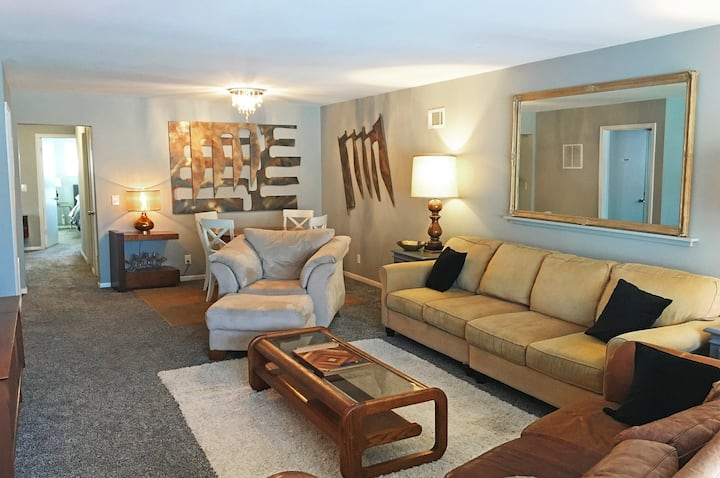 ♥Spacious clean fun mid-mod home with amenities♥