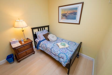 Small room, Private, peaceful, shared bath/Living