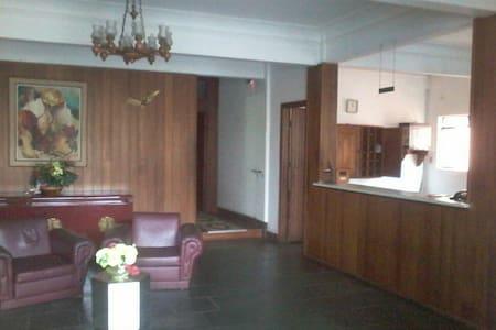 Hall de entrada e acesso aos apartamentos do térreo e dos pavimentos superiores.